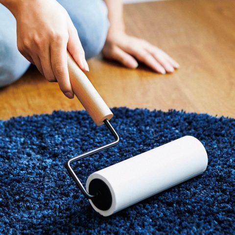 モテうさぎは抜け毛の掃除アイテムもカッコよく「フェリシモ 木とスチールのカーペットクリーナーホルダー」
