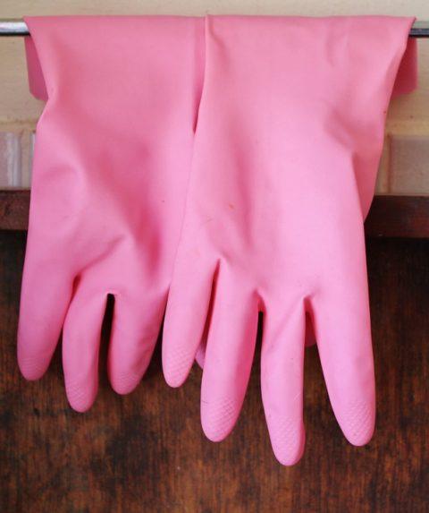 ピンクのキッチン用ゴム手袋