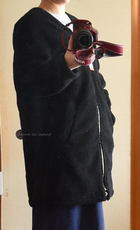 フェリシモのサーモライトリバーシブルコート。黒のモコモコを表に着たところ。