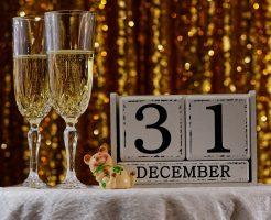大晦日の日付のカレンダーと、シャンパングラス