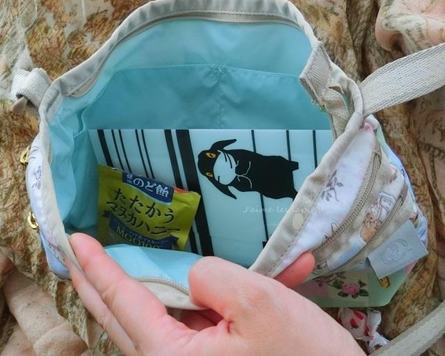 斜めがけバッグに入れた、マスクケースと飴ちゃん