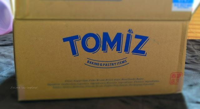 富澤商店から届いた荷物が入ったダンボール箱。TOMIZのロゴ入り。