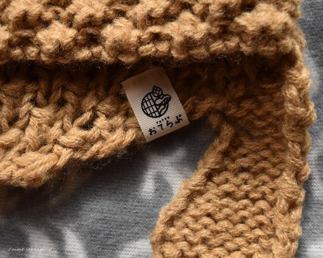 ブランドタグに縫い付けられている、「おてらぶ」の文字とマーク