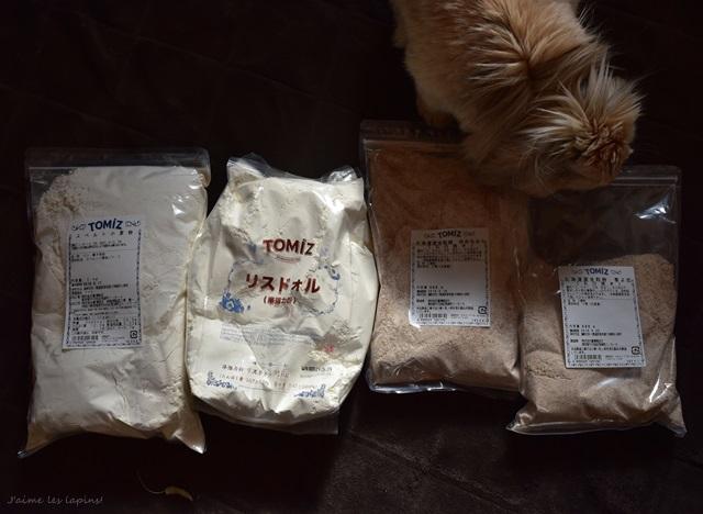 富澤商店で買った小麦粉4種類を眺めているうさぎ
