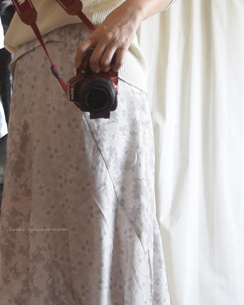 フェリシモ ボタニカルプリントスカートを着てみたところ(横側)
