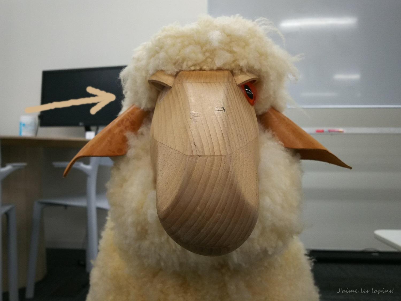 STORES.JP社内の羊くん目が取れてる