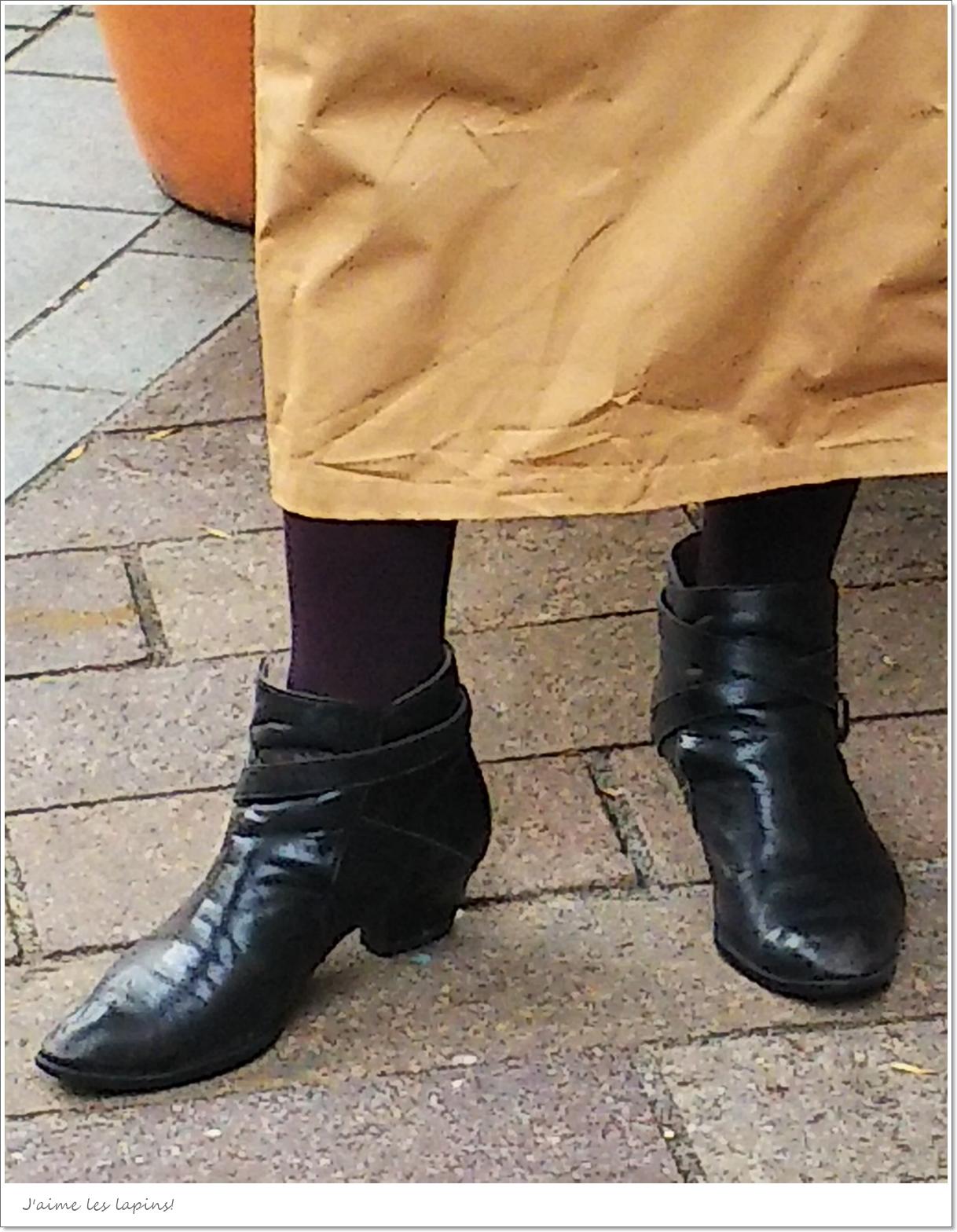 靴下屋のプレミアムタイツ「ブラックボルドー」着用