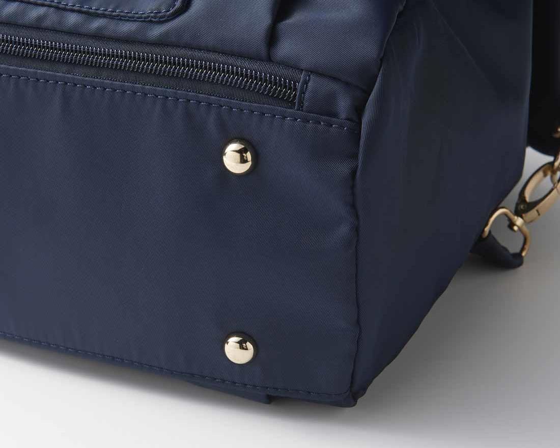 軽い旅行バッグのマチは薄め