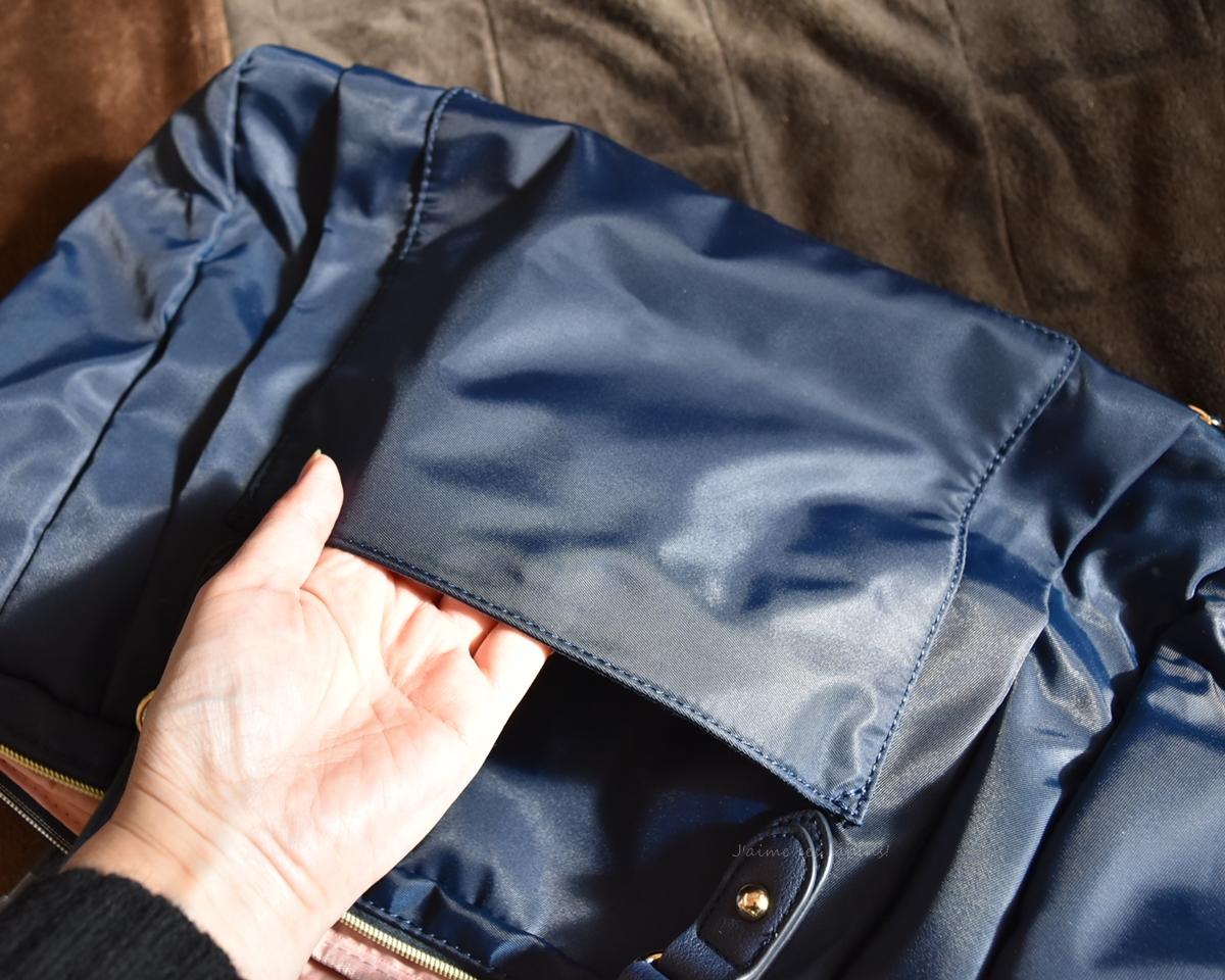 軽い旅行バッグの大きなポケットが便利