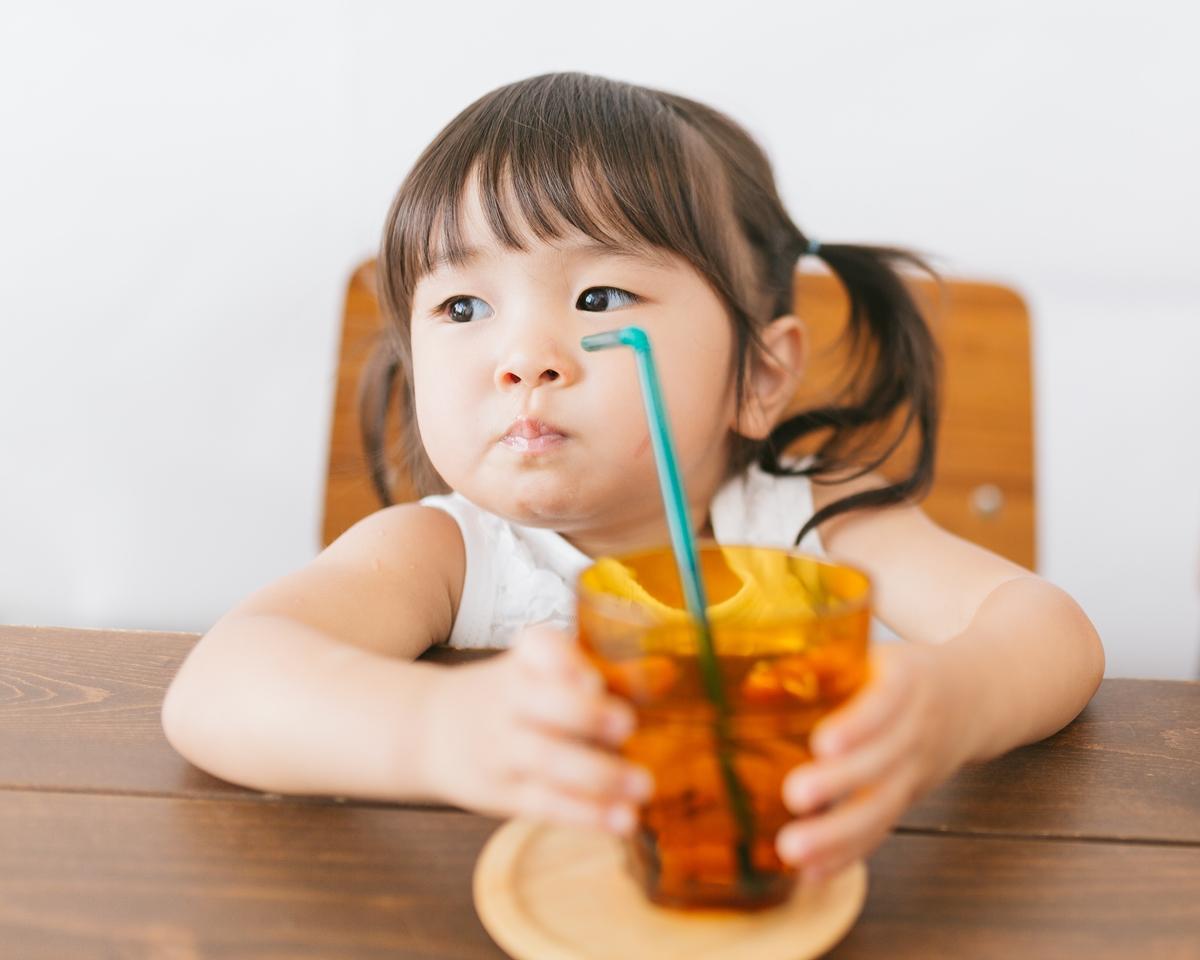 ウィルス対策に水を飲む子供のイメージ