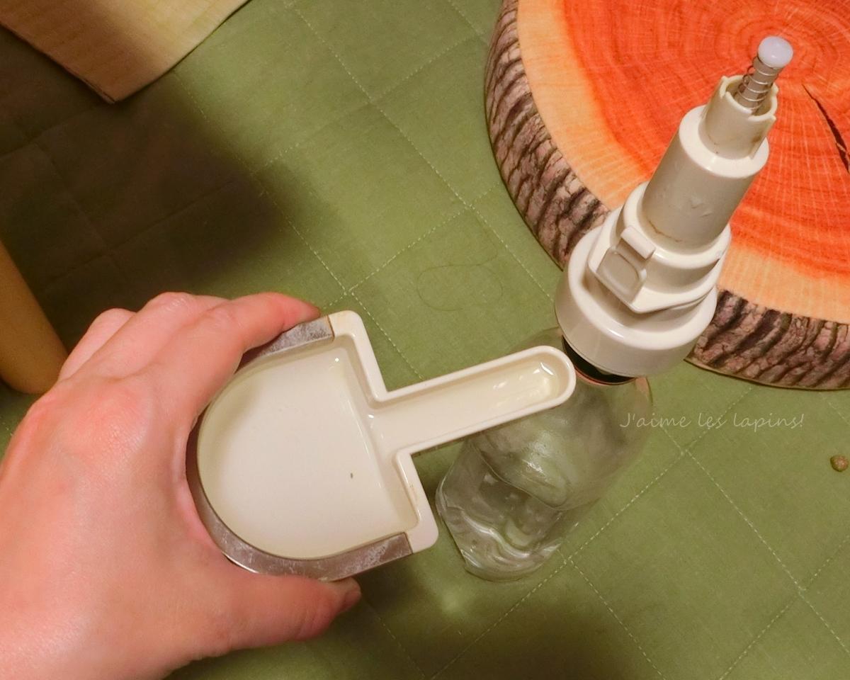 お皿型の給水ボトルを外したところ