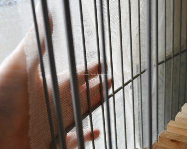 蚊帳生地に触れる手