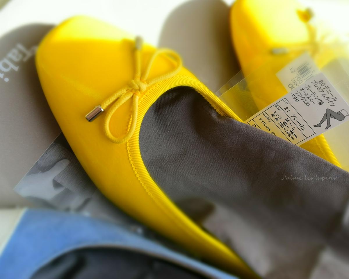 黄色い靴とグレージュのタイツ