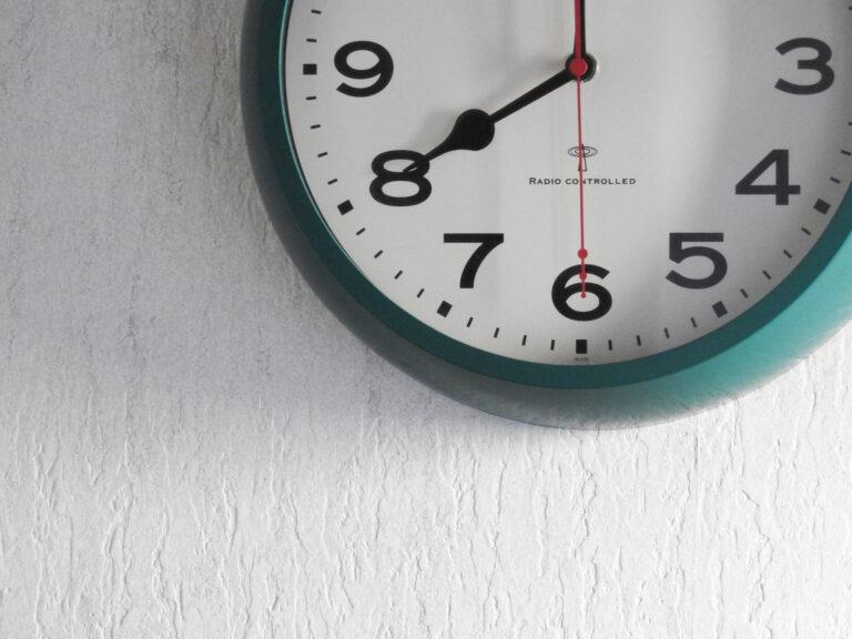 朝の8時を指す時計
