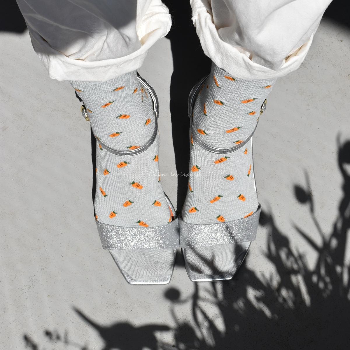靴下屋の靴下と銀色のサンダル