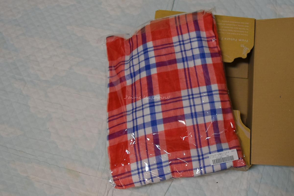 ダブルガーゼ着るバスタオルと段ボール箱