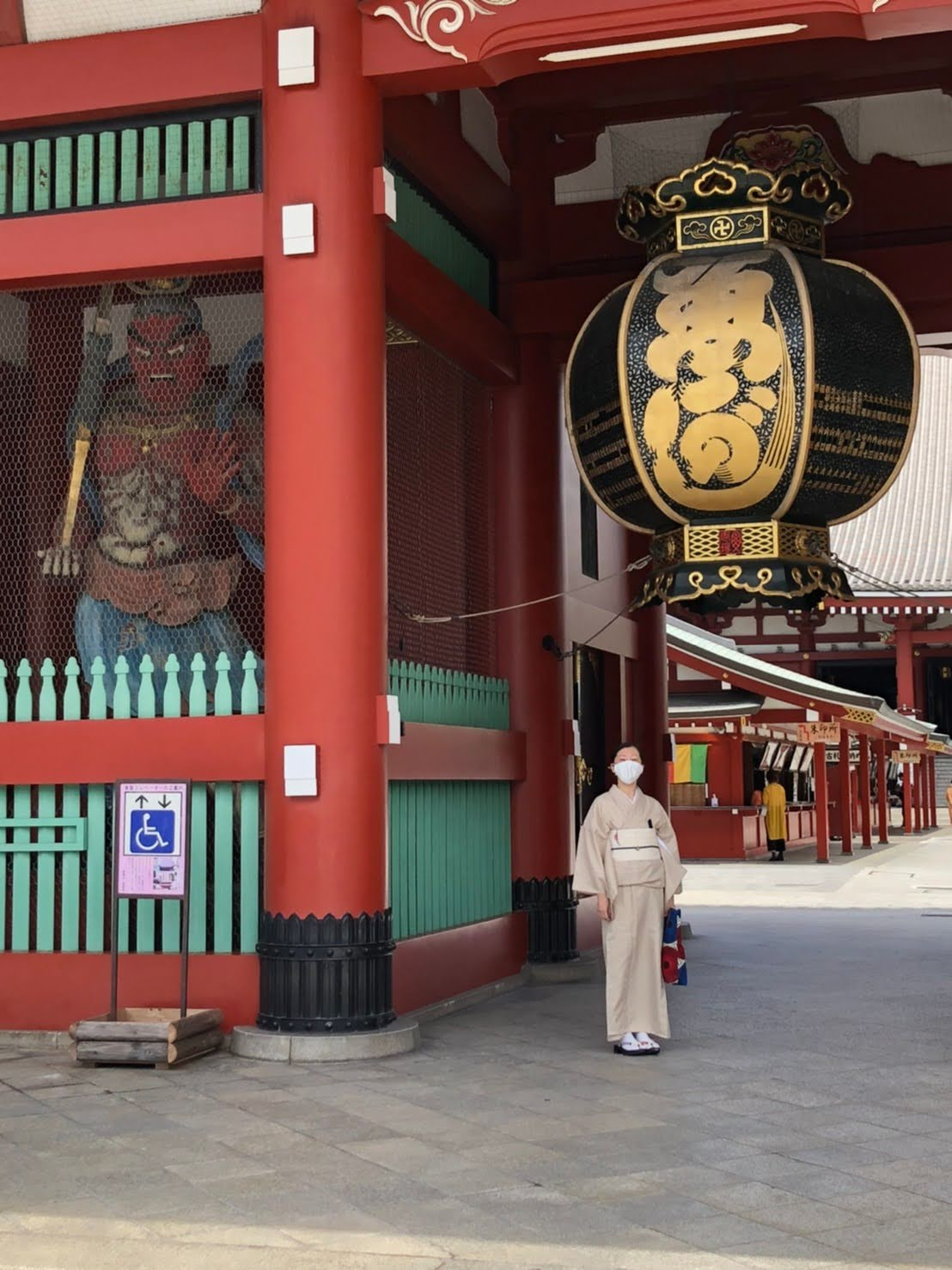 浅草寺の門と単衣着物の女性