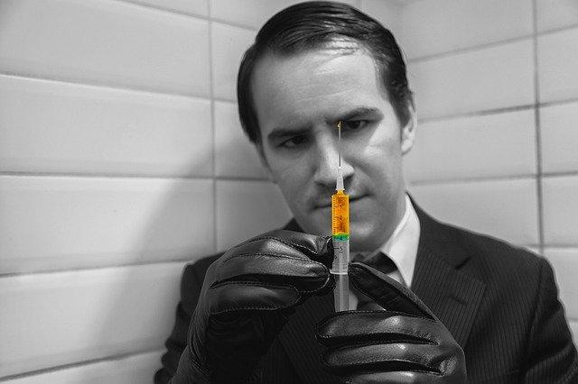 注射器を持つ男性